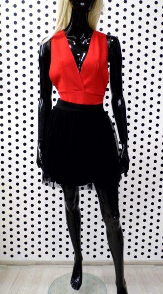 Krátka čierna sukňa