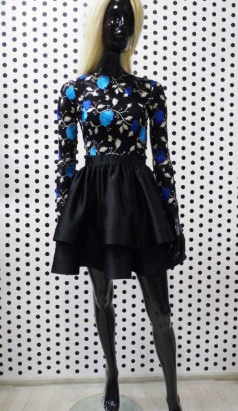 Čierne šaty s vyšívaným vrškom